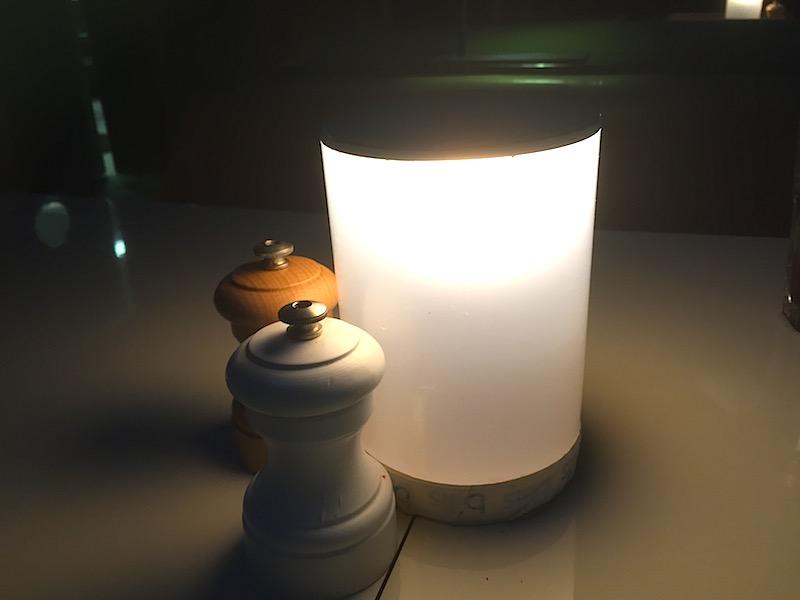 テーブルライトが優しい光を発しています。